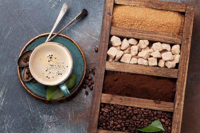 Kaffekopp, grillade bönor och farin fotografering för bildbyråer