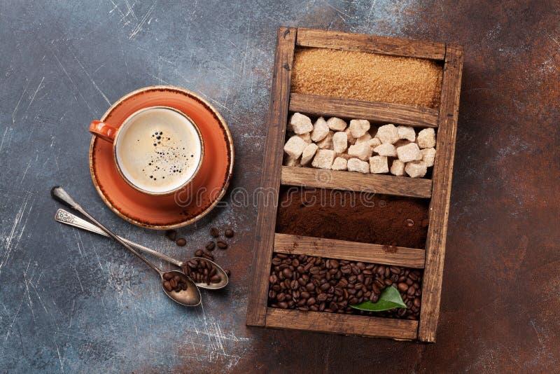 Kaffekopp, grillade bönor och farin arkivfoton