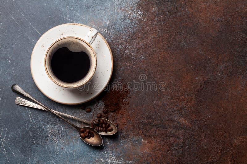 Kaffekopp, grillade bönor och jordkaffe arkivfoto