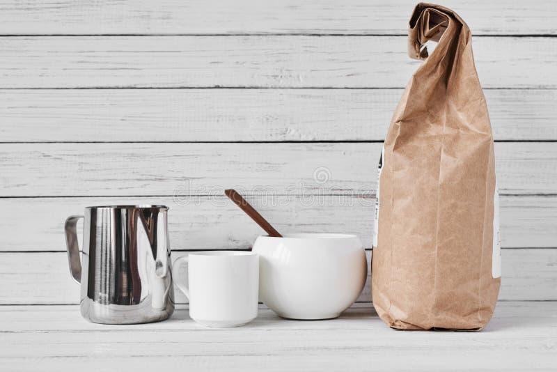 Kaffekopp, hantverkpapperspåse och rostfri kanna royaltyfri bild