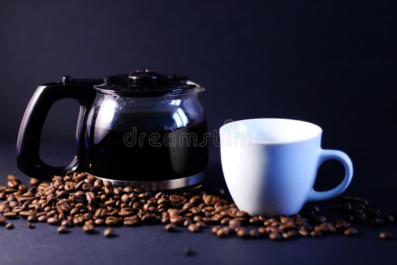 Kaffekopp, kruka och bönor arkivfoto