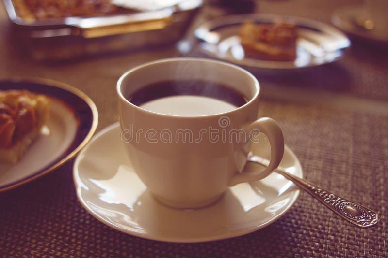 Download Kaffekopp med caken arkivfoto. Bild av kitchenware, cake - 27276732
