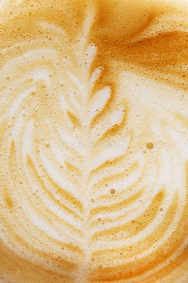 Kaffekopp med den konstnärliga kräm- garneringen arkivfoto