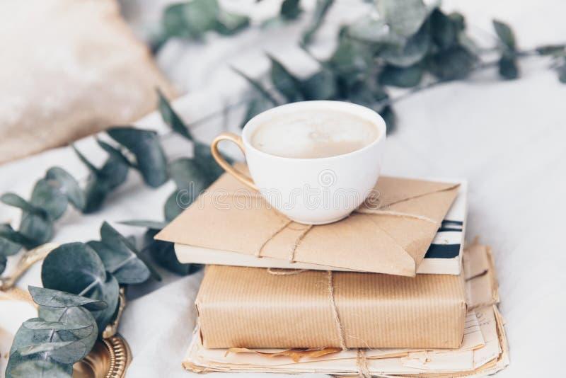 Kaffekopp med gåvaasken och bokstav, rengöring och ljust royaltyfria foton