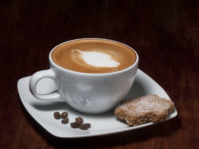 Kaffekopp med kakor royaltyfria bilder