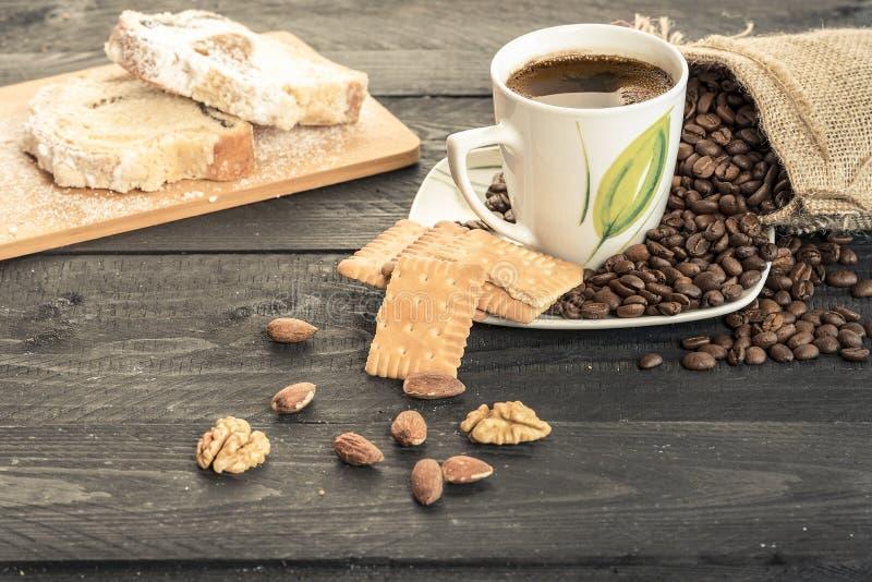 Kaffekopp med kex och mandlar royaltyfria bilder
