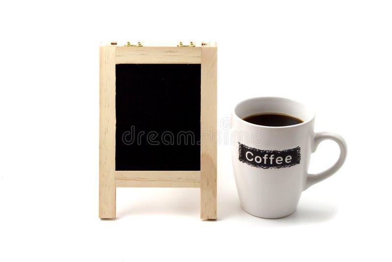 Kaffekopp med tomt svart brädeutrymme på vit bakgrund fotografering för bildbyråer