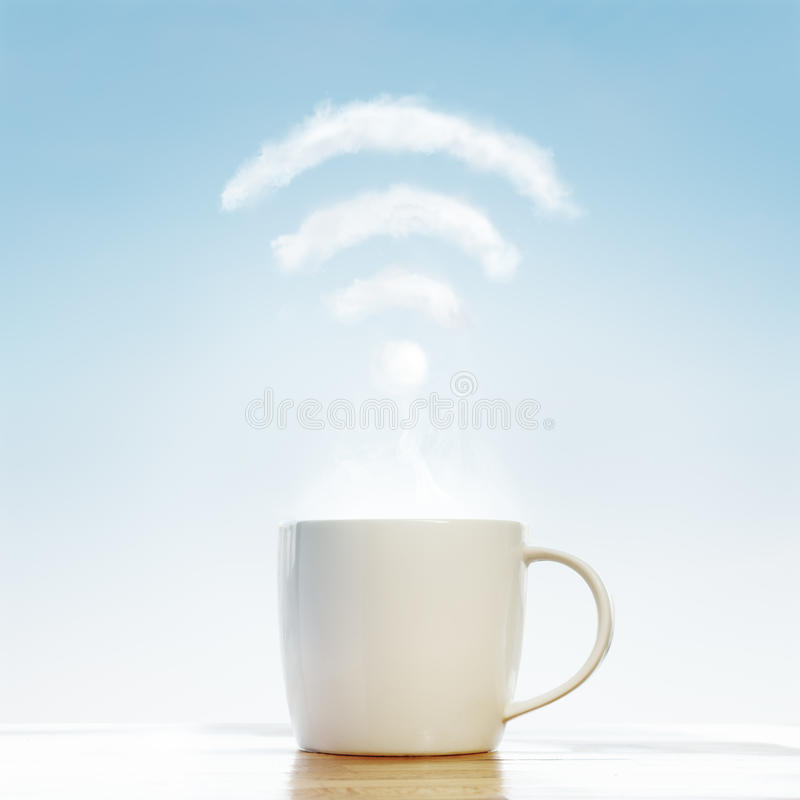 Kaffekopp med wifimolnet fotografering för bildbyråer