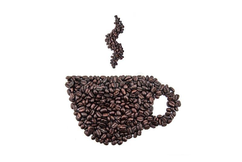 Kaffekopp och ånga som göras från bönor på vit bakgrund arkivfoton