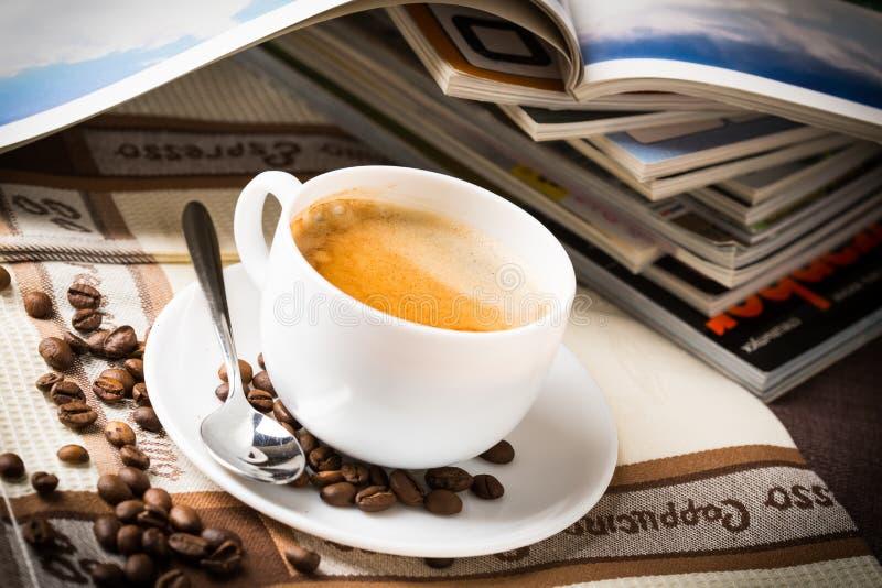 Kaffekopp och bönor. royaltyfria bilder