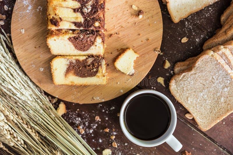 Kaffekopp och chokladmarmorkaka med bröd royaltyfri bild