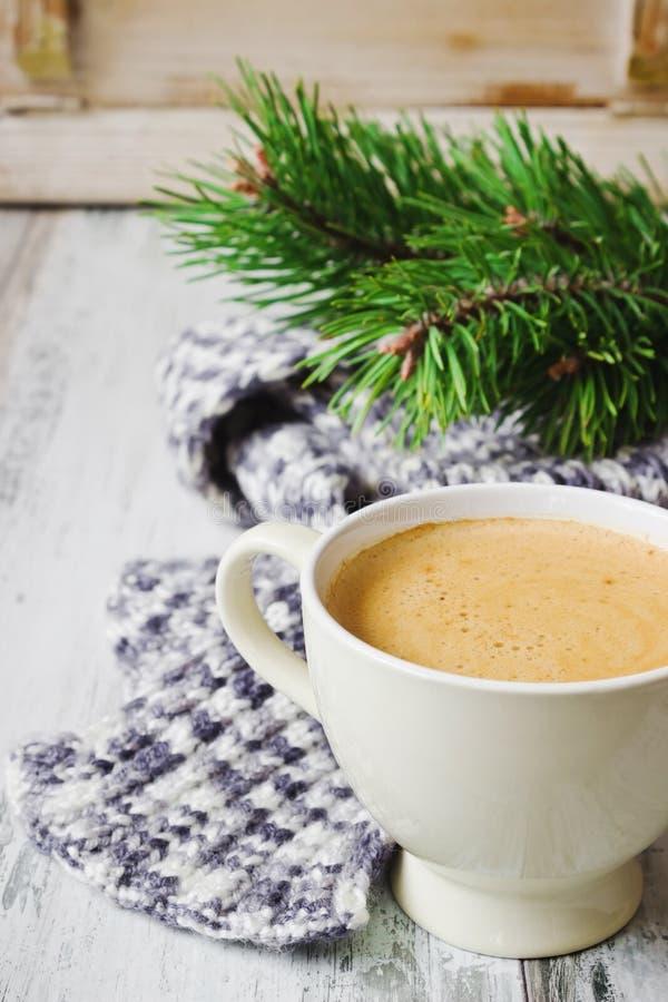 Kaffekopp och halsduk arkivfoton