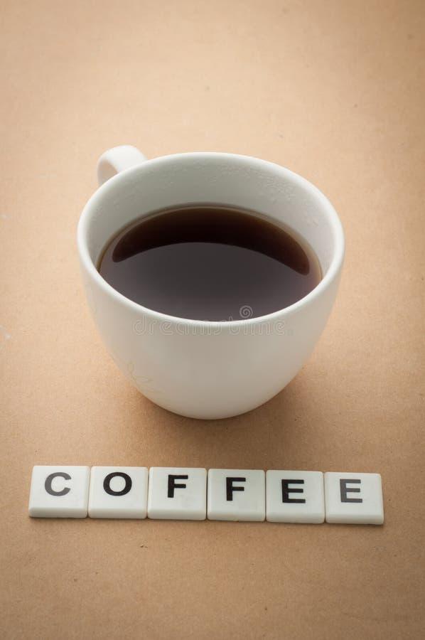 Kaffekopp och kaffekorsord Sikt från den ovannämnda kaffekoppen arkivbilder