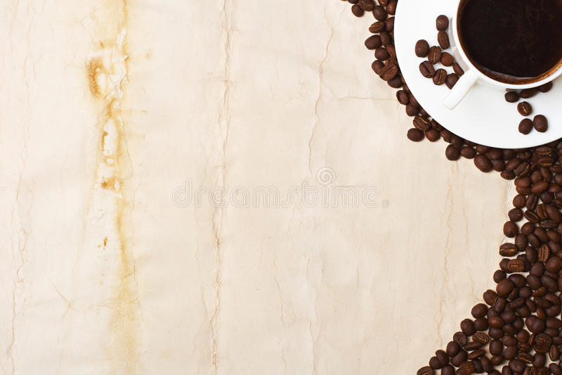 Kaffekopp och korn på vit bakgrund royaltyfri bild