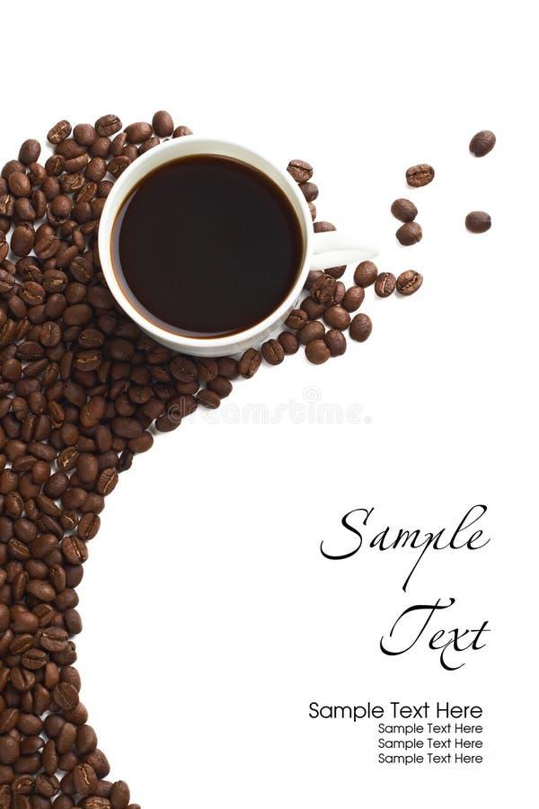 Kaffekopp och korn på vit bakgrund royaltyfria bilder