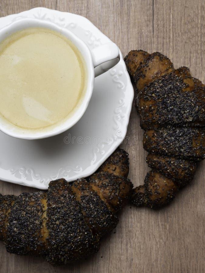 Kaffekopp och nya bakade giffel p? tr?bakgrund Top besk?dar arkivfoton