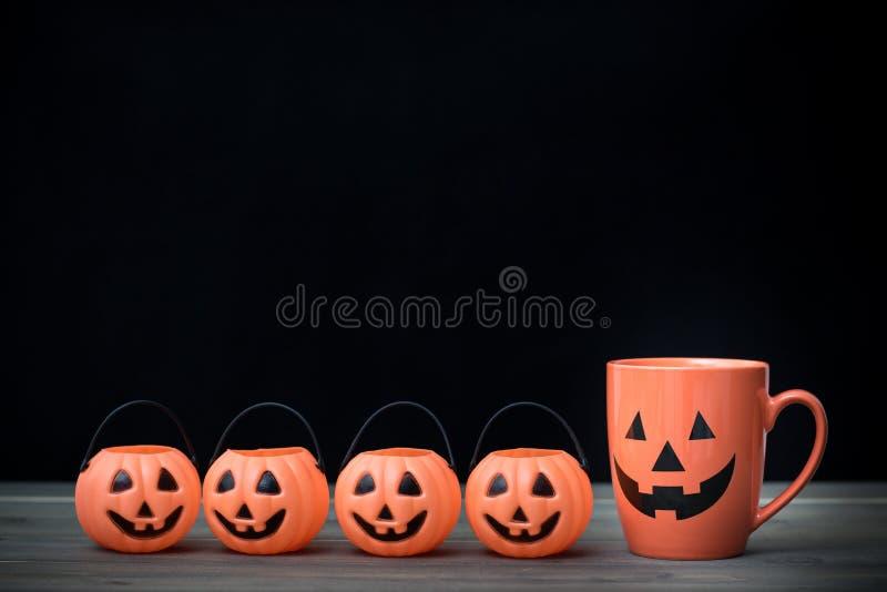 Kaffekopp och pumpa för den grymma säger miniatyrreaperen halloween för kalenderbegreppsdatumet lyckliga holdingen scythestanding arkivbilder