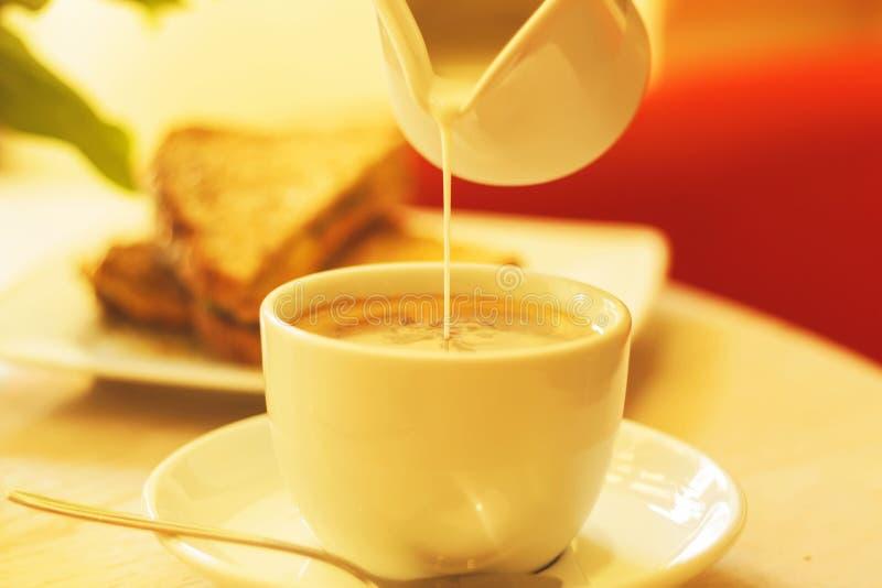 Kaffekopp och rostat bröd med ost arkivbilder