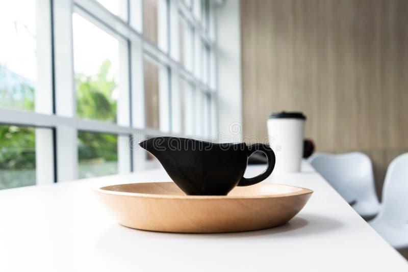 Kaffekopp och trämagasin royaltyfria foton