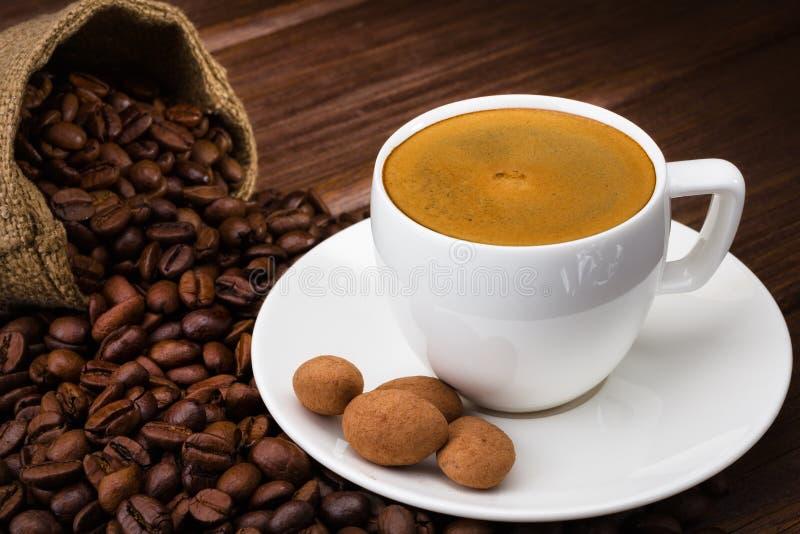 Kaffekopp på en trätabell. Mörk bakgrund. arkivfoto