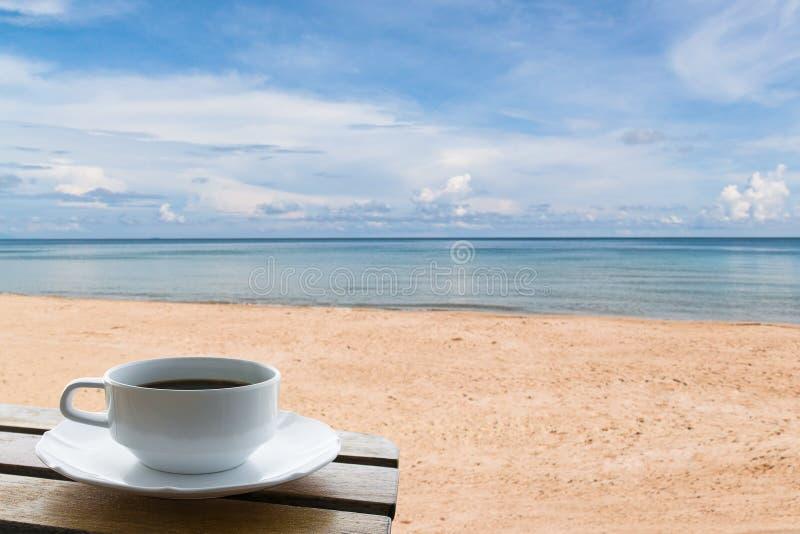 Kaffekopp på stranden royaltyfri fotografi