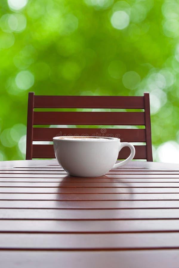 Kaffekopp på tabellen royaltyfri foto