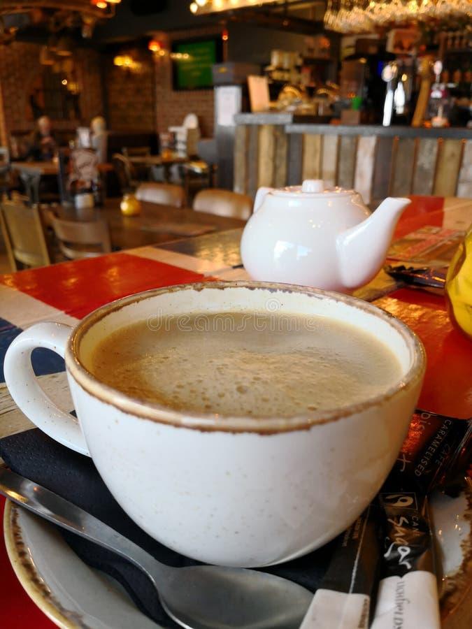 Kaffekopp på tabellen för facklig stålar royaltyfri fotografi