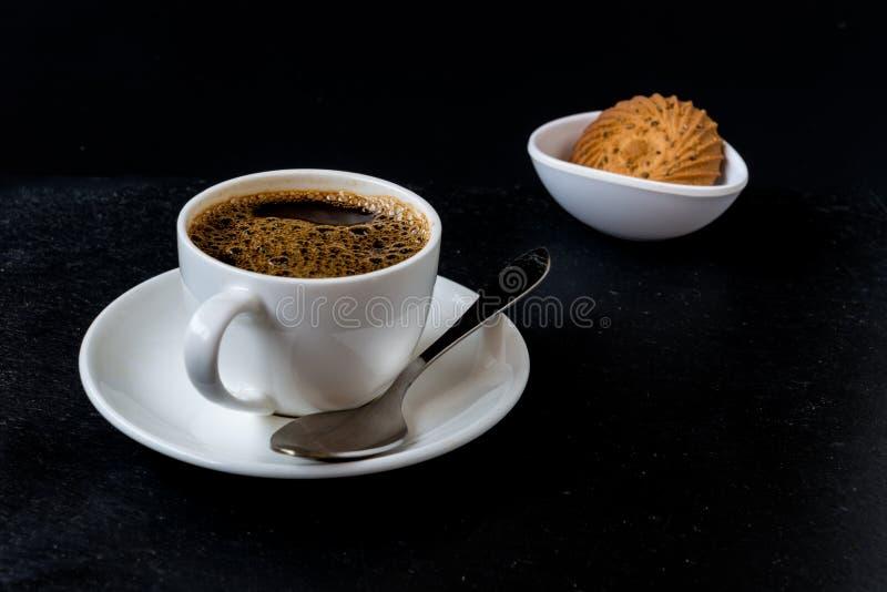 Kaffekopp som isoleras på svart bakgrund arkivfoton