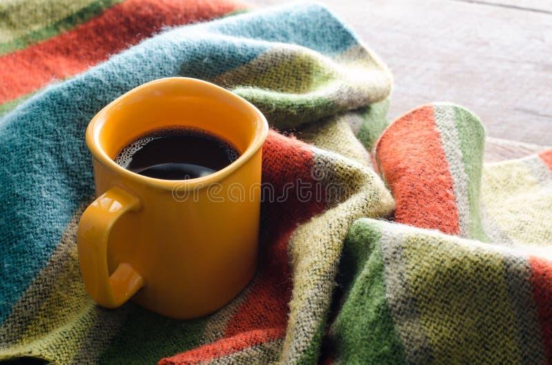 Kaffekoppar och scarves på en trätabell fotografering för bildbyråer