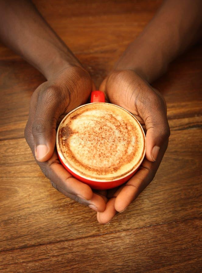 kaffekoppen hands holdingen royaltyfri fotografi