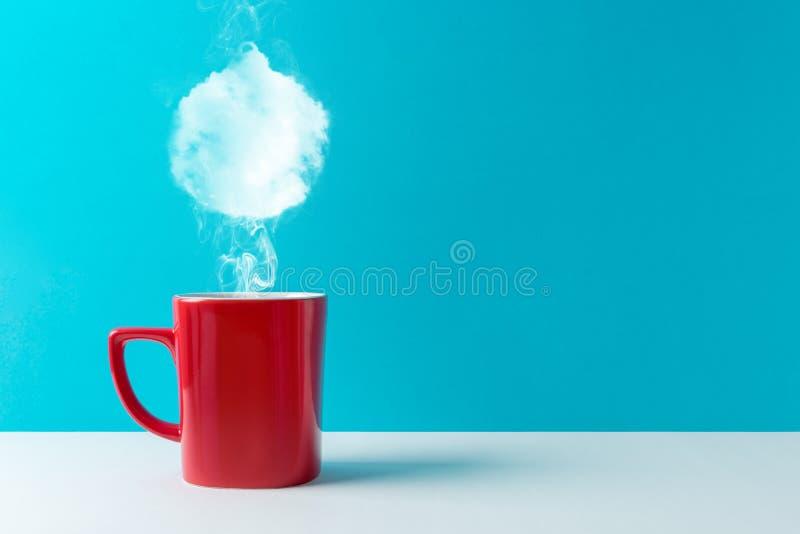Kaffekoppen med ånga formade av julstruntsakgarnering royaltyfria foton