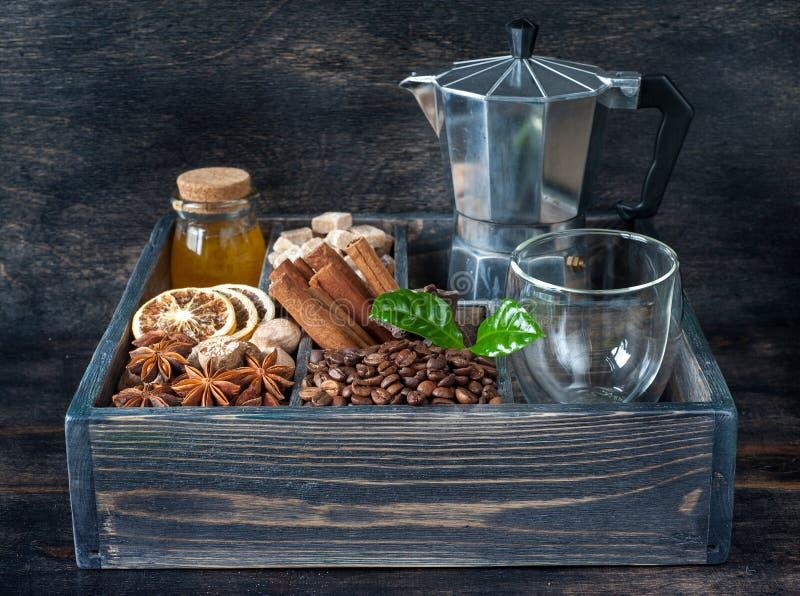Kaffekorn, honung, socker och kryddor i en träasktappning arkivfoto