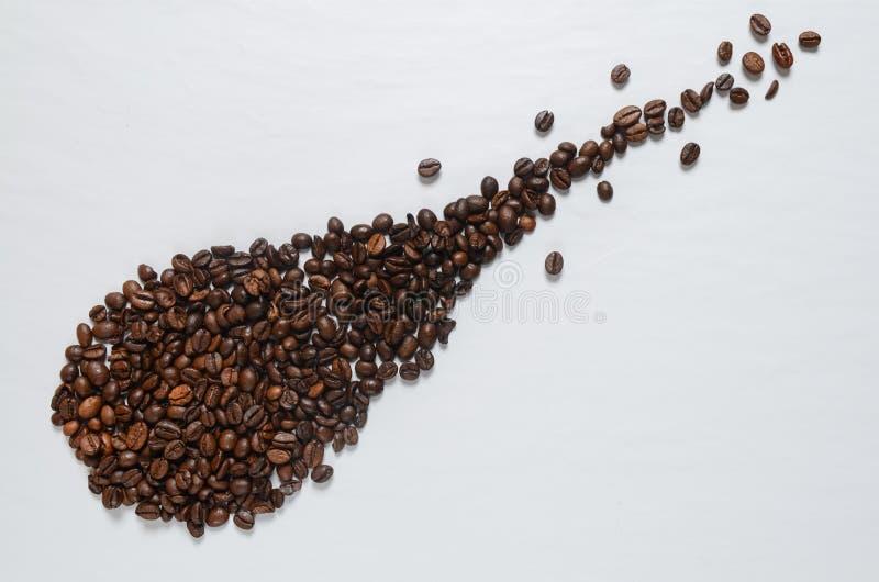 Kaffekorn på den vita tabellen arkivbilder