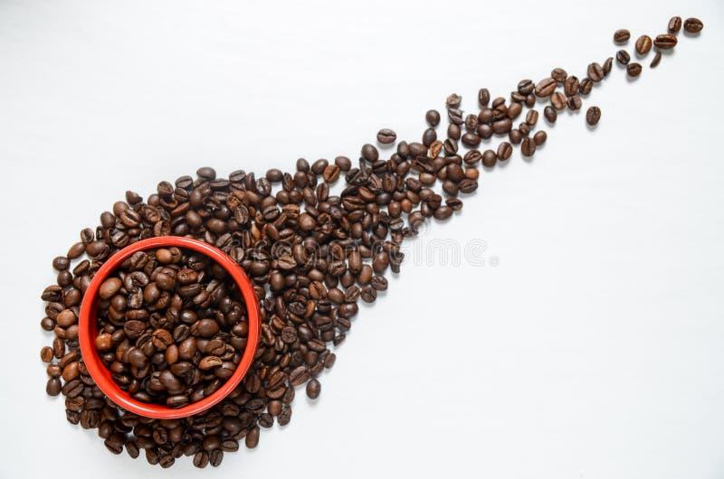 Kaffekorn på den vita tabellen arkivbild