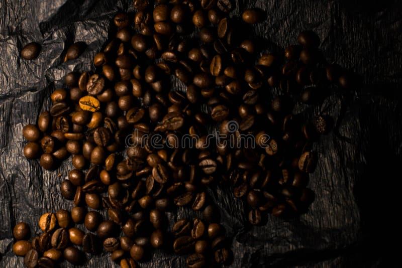 Kaffekorn p? en svart bakgrund arkivbilder