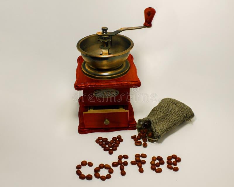 Kaffekvarn på vit bakgrund arkivfoton