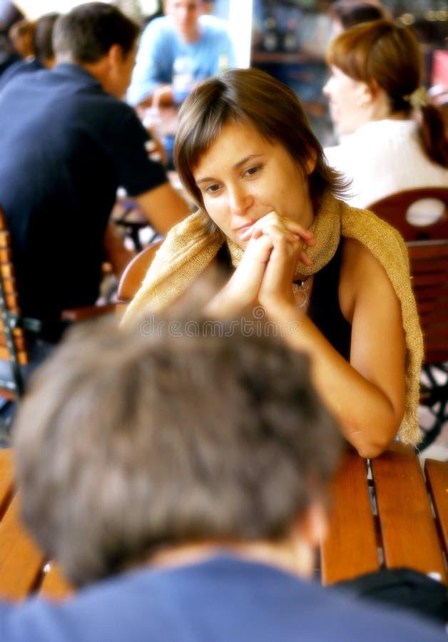 kaffemannen shoppar kvinnan royaltyfria foton