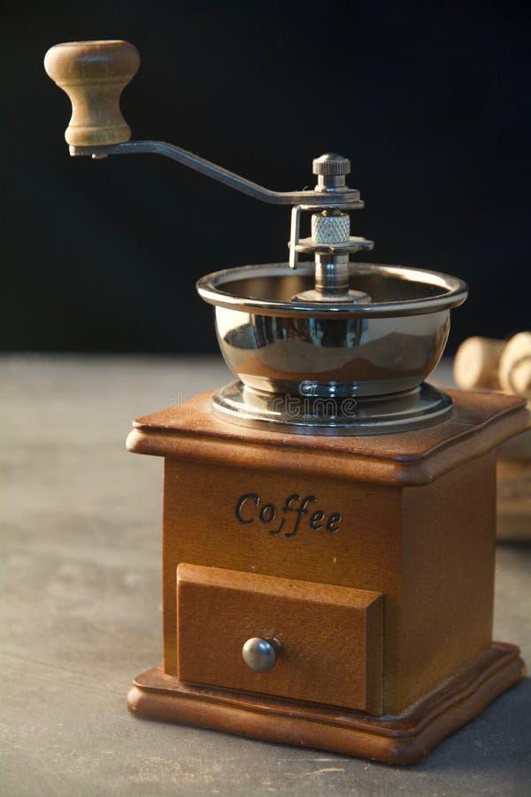 Kaffemaskin med vedträn på en svart bakgrund för ett vertikalt skott arkivbild