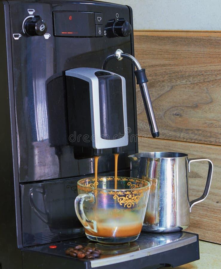 kaffemaskin som f?rbereder nytt kaffe royaltyfria foton