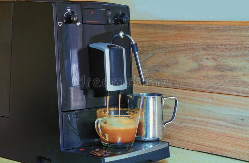 kaffemaskin som f?rbereder nytt kaffe royaltyfri fotografi