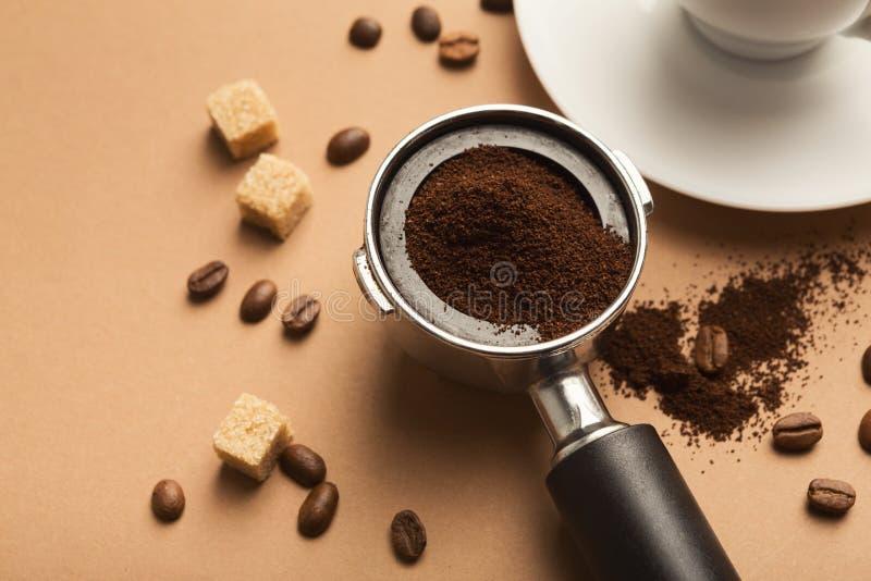 Kaffemaskinhållare med jordning grillade bönor royaltyfria bilder