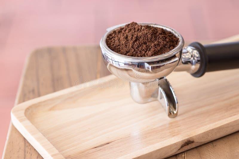 Kaffepulver med espressofiltret royaltyfri fotografi