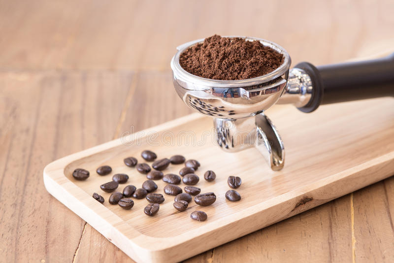 Kaffepulver med espressofiltret arkivfoton