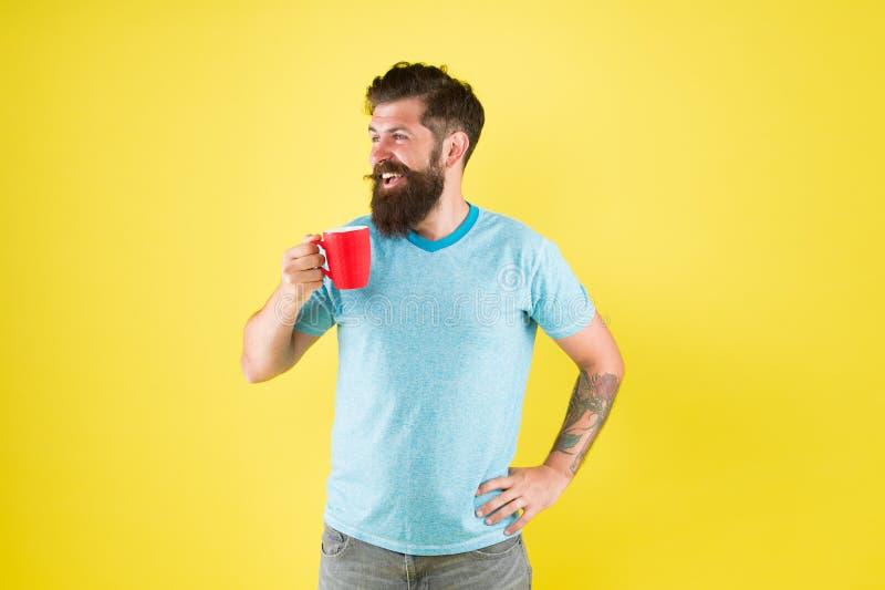 Kaffesevär Smak och estetik Energikoncept Hipster barista gul bakgrund Kaffe royaltyfri bild