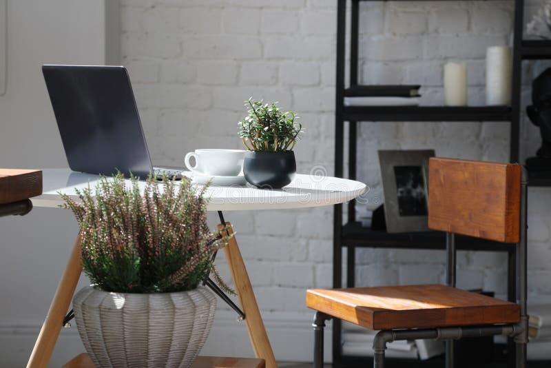 Kaffetabell med bärbara datorn royaltyfria bilder