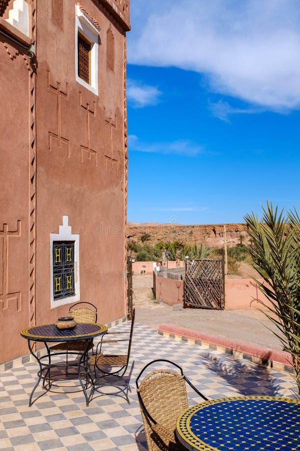 Kaffetabeller vid ett traditionellt marockanskt hem fotografering för bildbyråer
