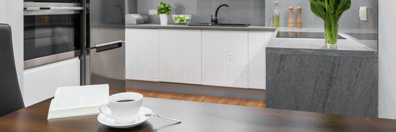 Kaffetid i modernt kök fotografering för bildbyråer