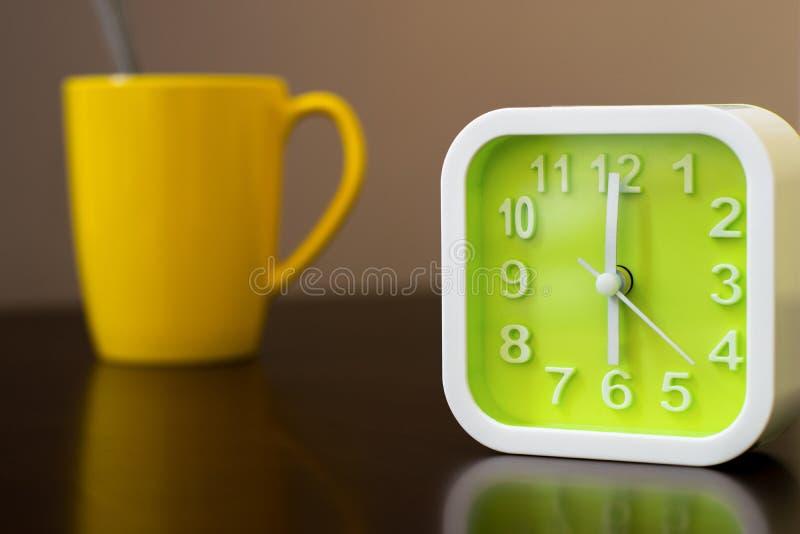 Kaffetid på morgon för gående arbete Grön ringklocka med royaltyfri foto