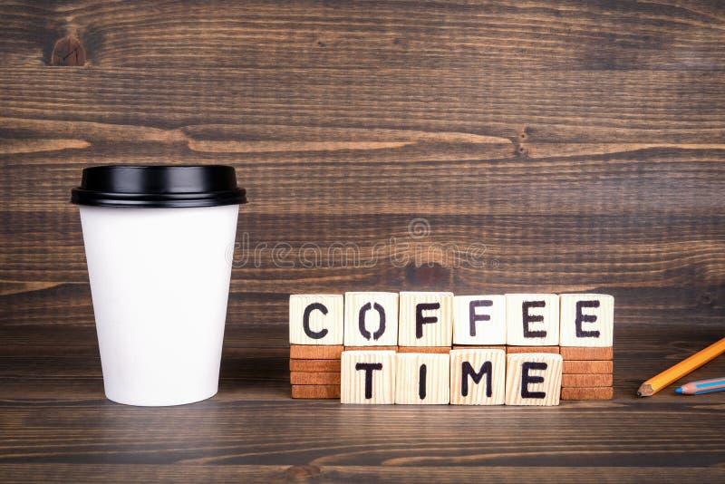 Kaffetid, träbokstäver på skrivbordet Kaffekopp med kopieringsutrymme royaltyfria bilder