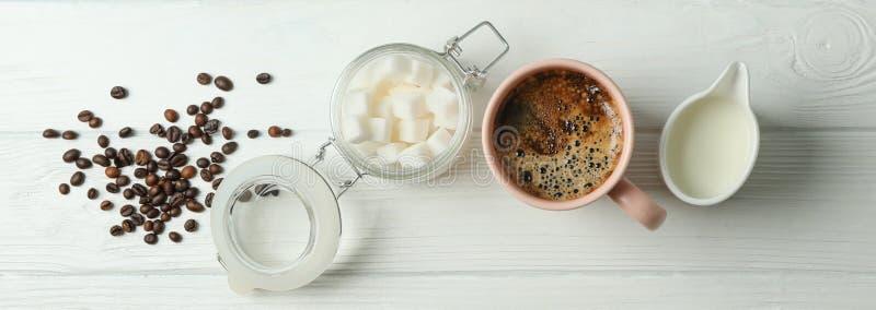 Kaffetidtillbehör på vit träbakgrund, utrymme för text arkivfoton